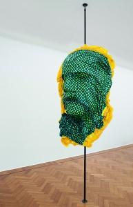Patrick Tuttofuoco, Sarmata(Yellow), 2014, tessuto e resina, sostegno in ferro, cm 175 x 100 x 55 circa. Foto©Andrea Rossetti. Courtesy Studio Guenzani, Milano